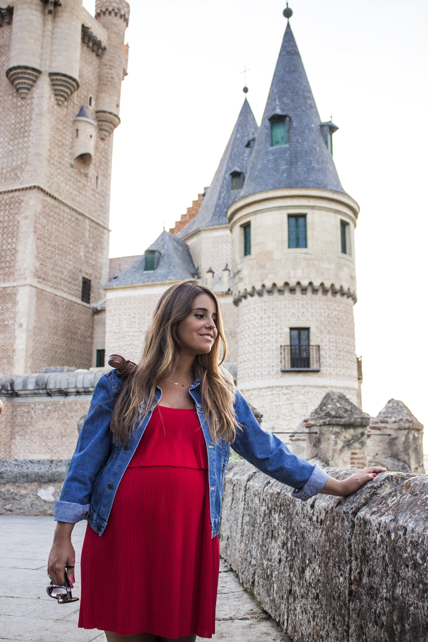 loreto-made-in-style-vestido-rojo-red-dress-segovia-leather-white-vans-denim-jacket-11