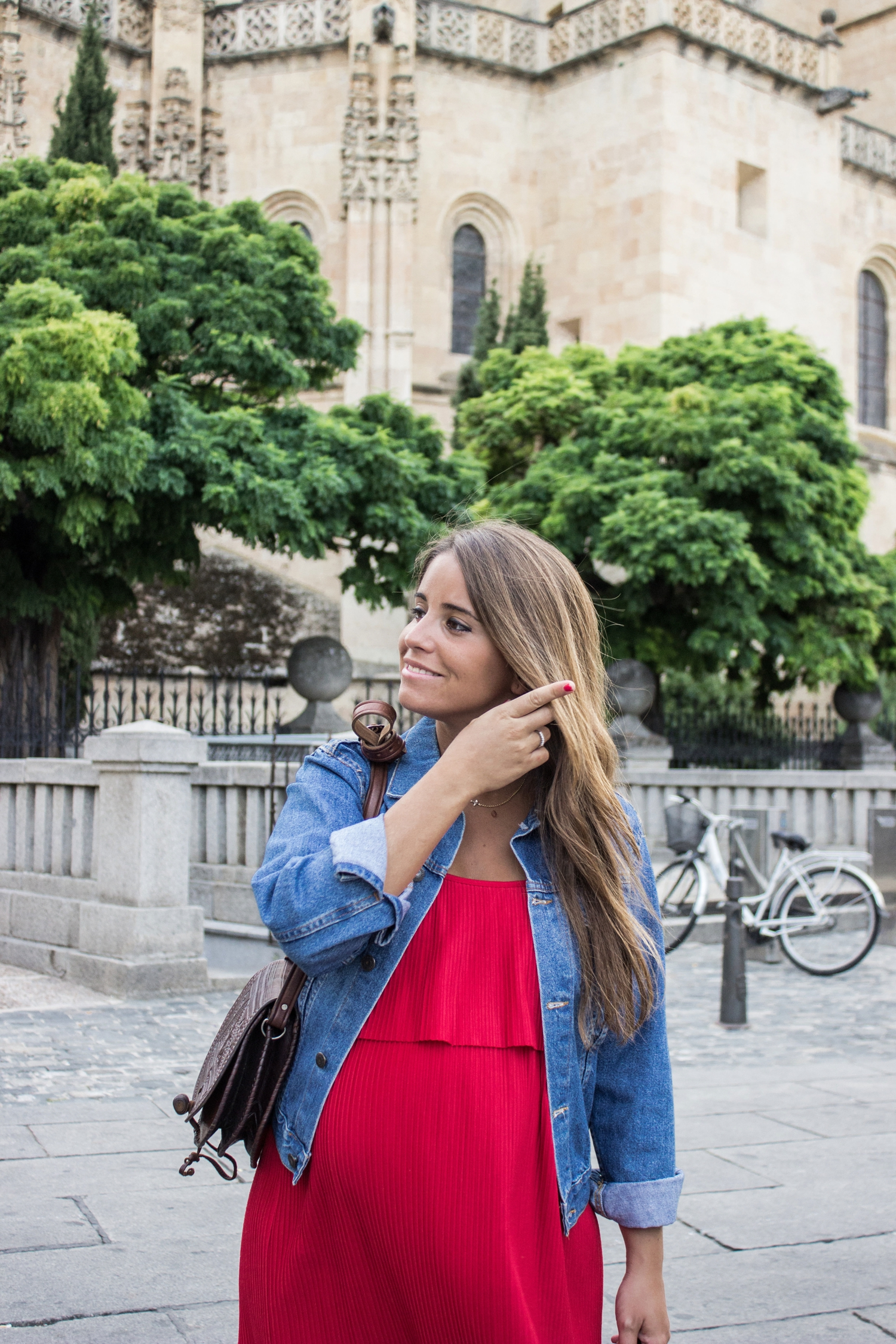 loreto-made-in-style-vestido-rojo-red-dress-segovia-leather-white-vans-denim-jacket-2
