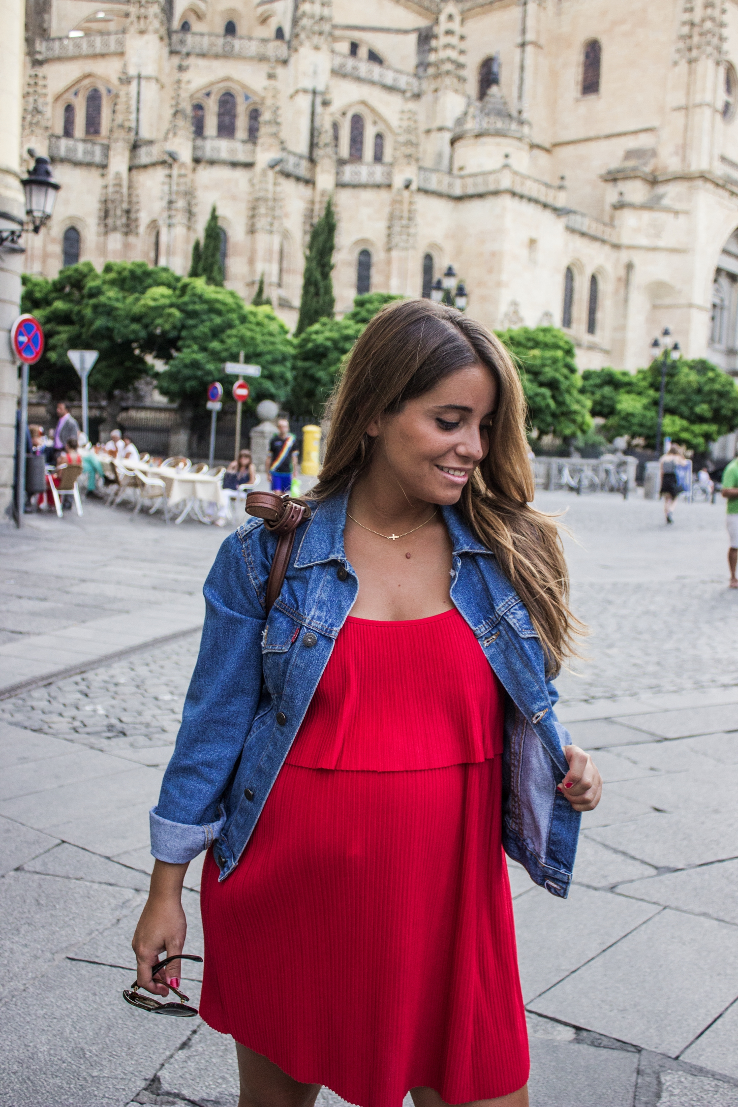 loreto-made-in-style-vestido-rojo-red-dress-segovia-leather-white-vans-denim-jacket-3
