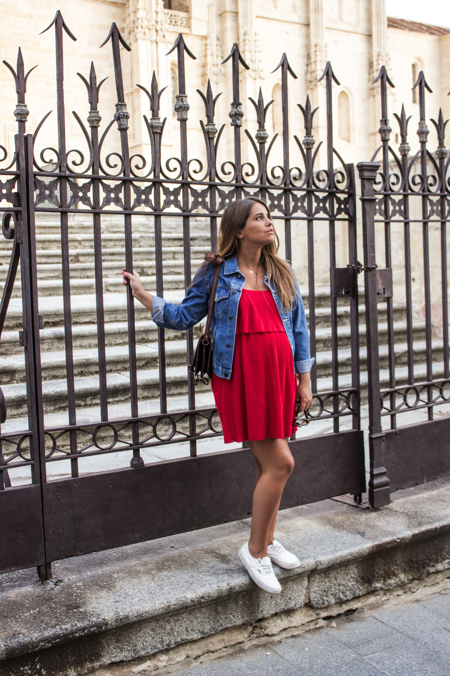 loreto-made-in-style-vestido-rojo-red-dress-segovia-leather-white-vans-denim-jacket-4