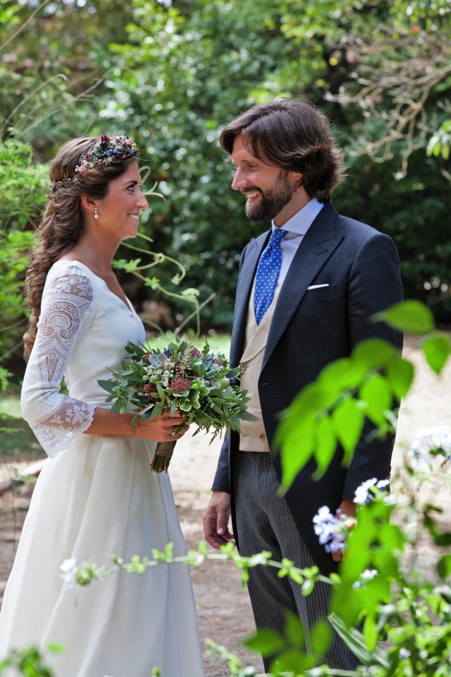 bodas-made-in-style-novios-vestido-de-novia-navascues-corona-de-flores-sumacruz-boda-de-bea