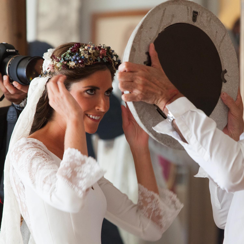 bodas-made-in-style-vestido-de-novia-navascues-corona-de-flores-sumacruz-fotografo-ocho-veinticuatro