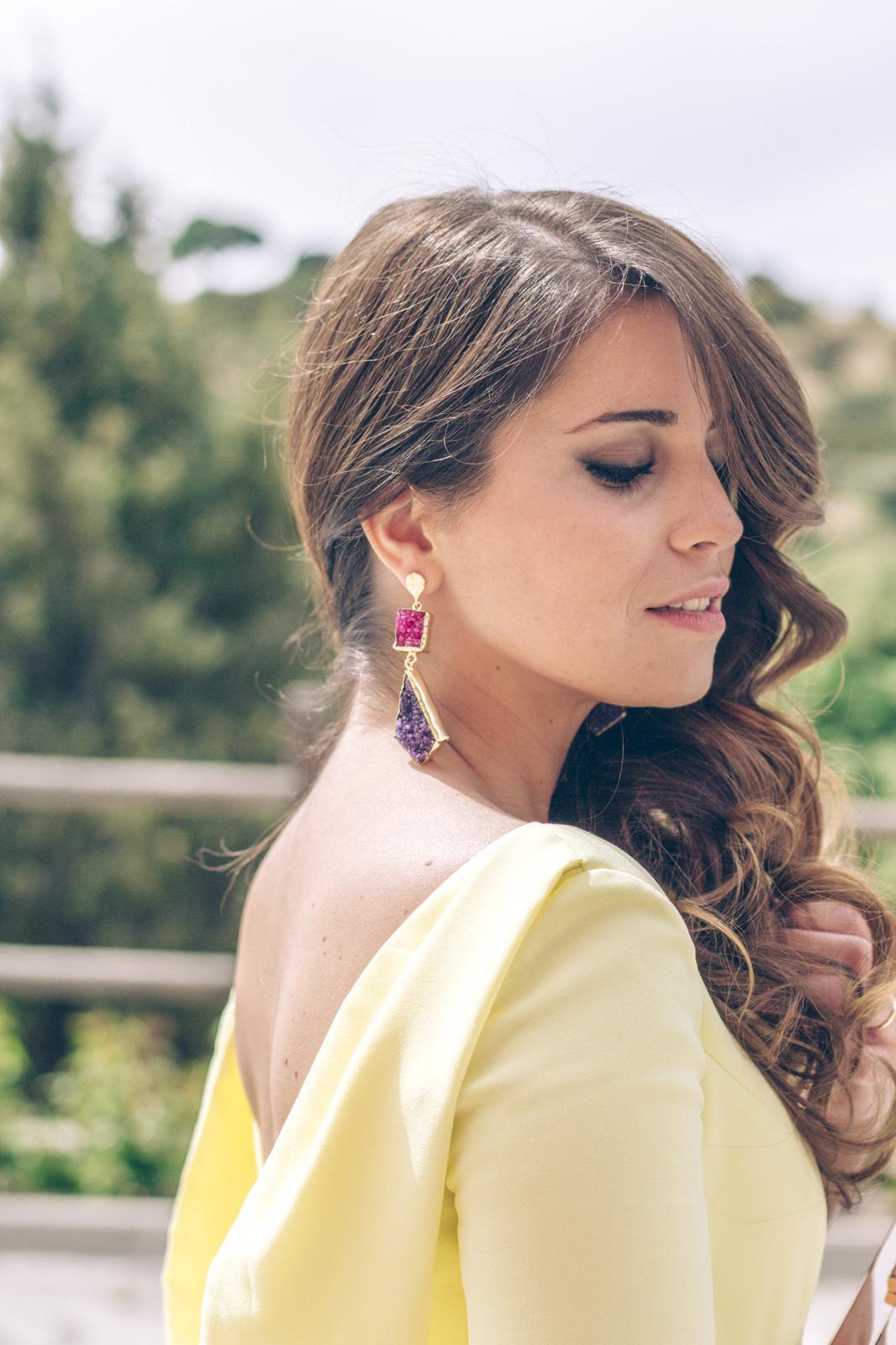 loreto_made_in_style_look_invitada_carmen_carcelen_vestido_boda_amarillo_midi_mole_mole_pendientes_acus-15