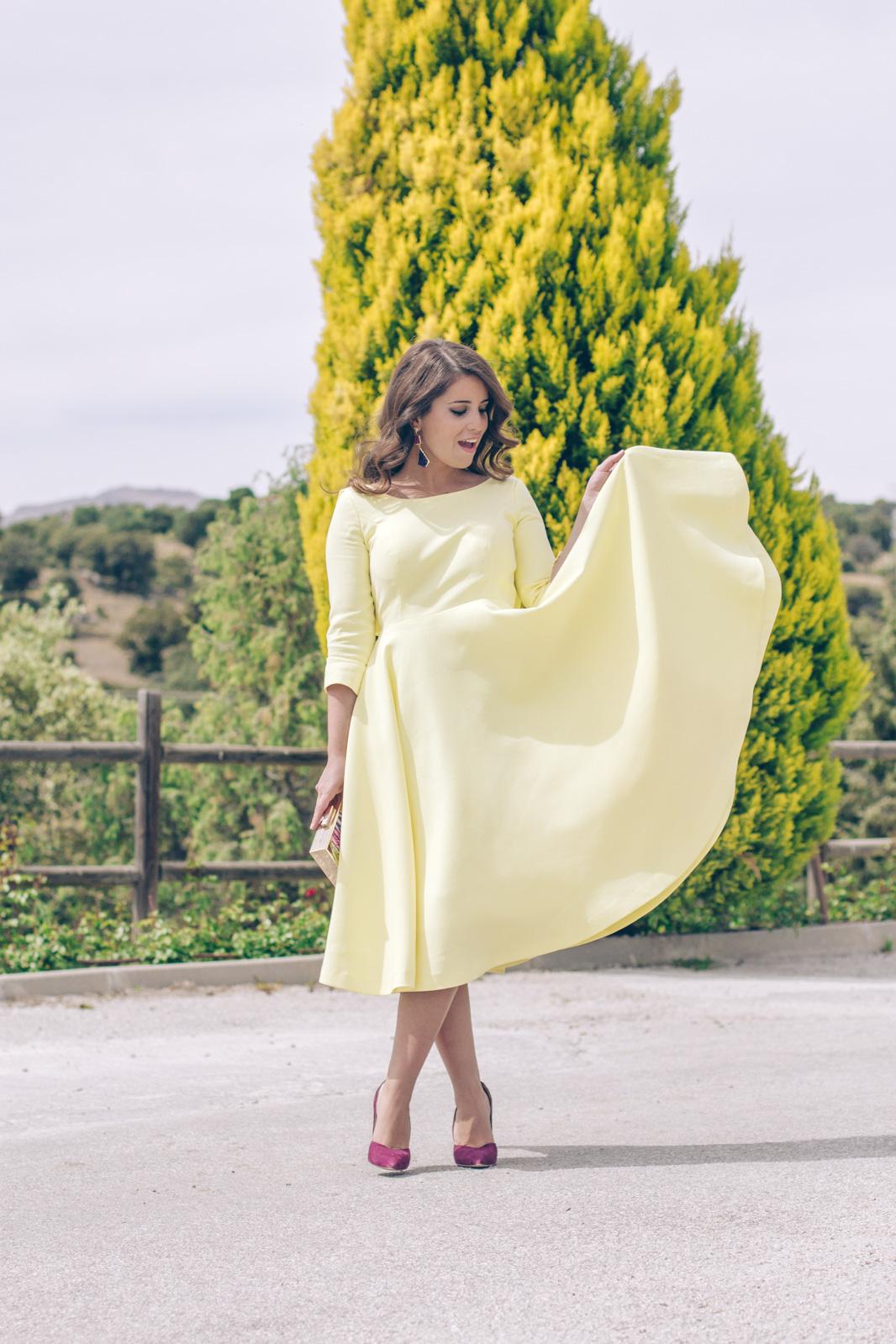 loreto_made_in_style_look_invitada_carmen_carcelen_vestido_boda_amarillo_midi_mole_mole_pendientes_acus-24