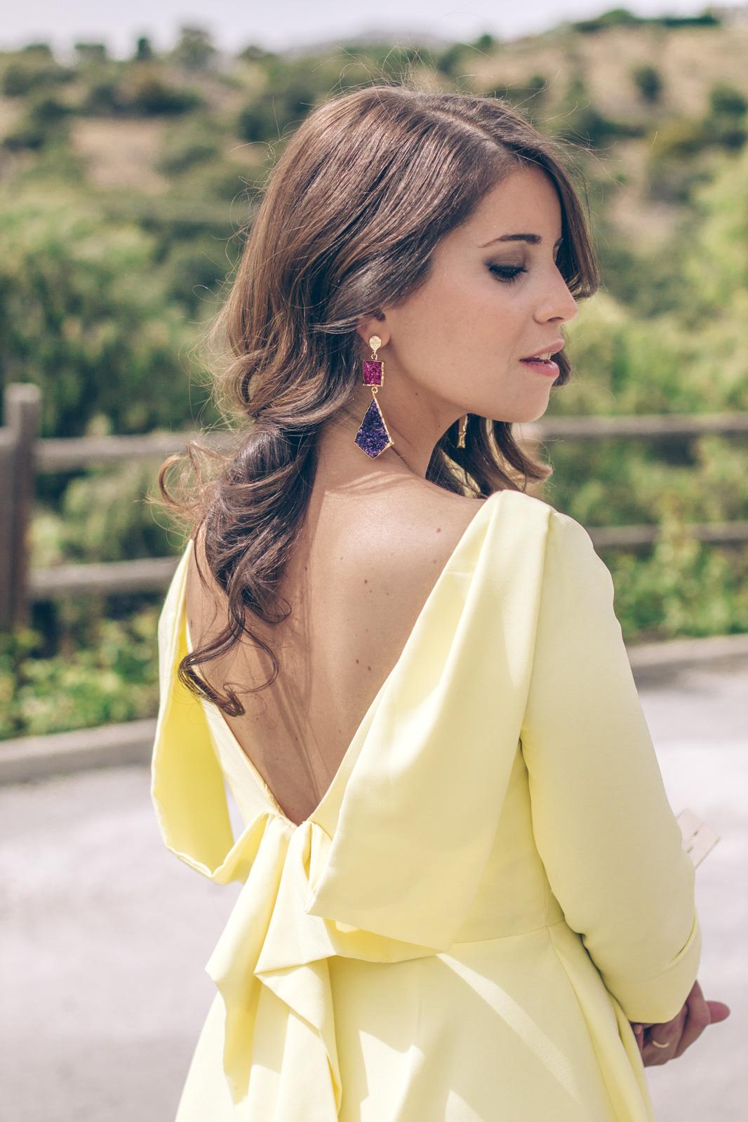 loreto_made_in_style_look_invitada_carmen_carcelen_vestido_boda_amarillo_midi_mole_mole_pendientes_acus-36