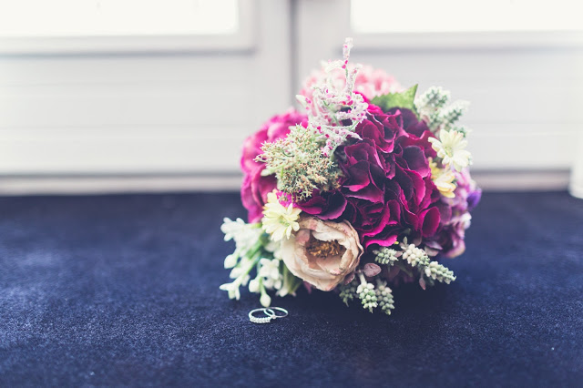El ramo de novia y los zapatos de la boda